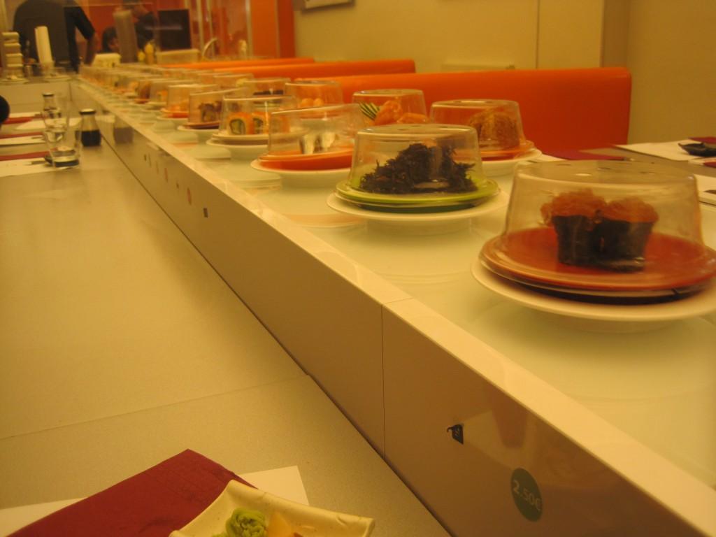 Cinta de sushi en Oishii Sushi Ramen
