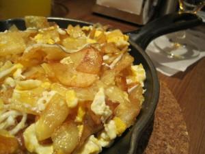 Satén de huevos rotos con patatas y gulas