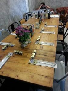 Mesa para los talleres en Mür Café