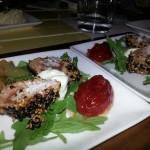 Tataki de atún con helado de wasabi y confitura de tomate