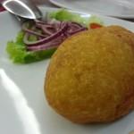 Patata rellena de carne y huevo