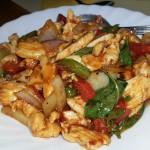 Tallarines con pollo y salsa picante