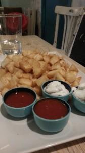 Yuca frita con salsas