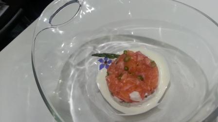 Tartar de salmón sobre ajoblanco