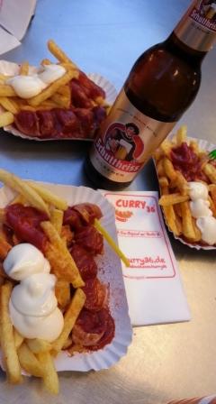 Bandejas de Currywurst y cerveza