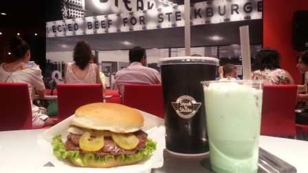 Signature Steakburger, refresco y batido de menta con chocolate