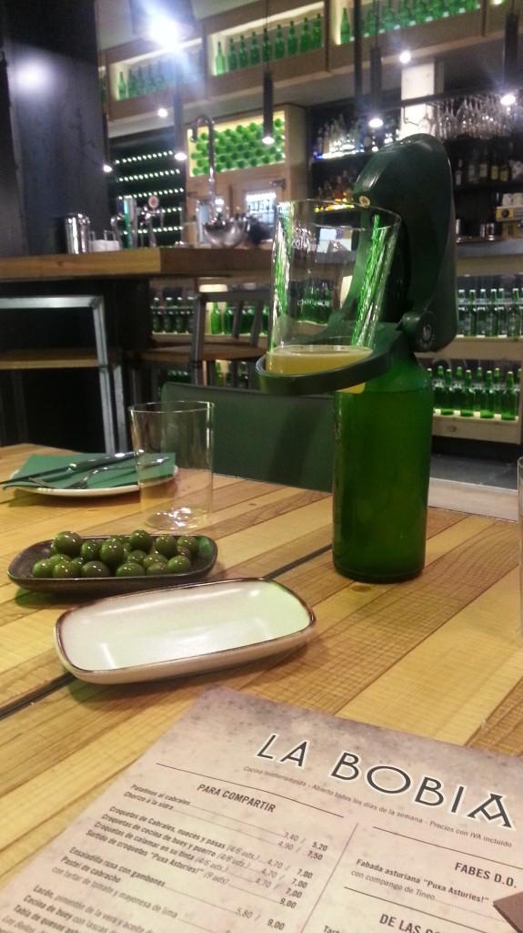 Sidra Cortina y aperitivo de aceituna. La Bobia