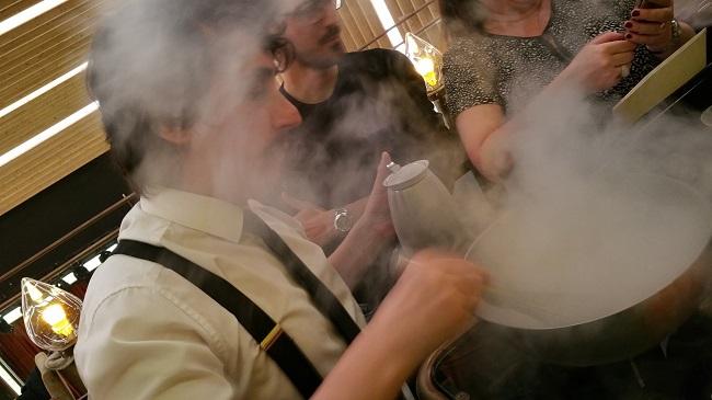 Bartender en acción con hidrógeno líquido