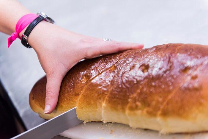 Cortar el pan con 2 dedos de grosor