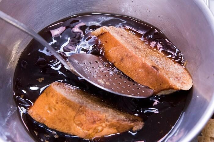 Empapar las torrijas en vino