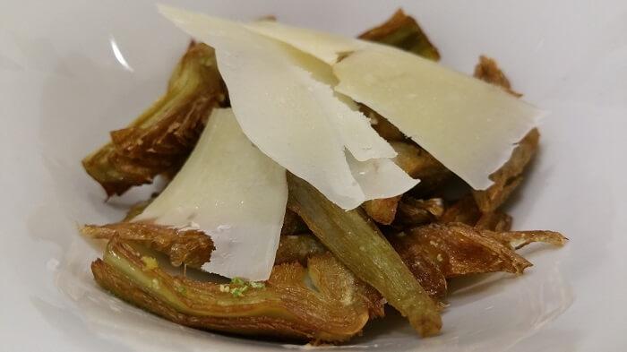 Alcachofas de Tudela fritas con lima y parmesano. la Navarrería, Madrid