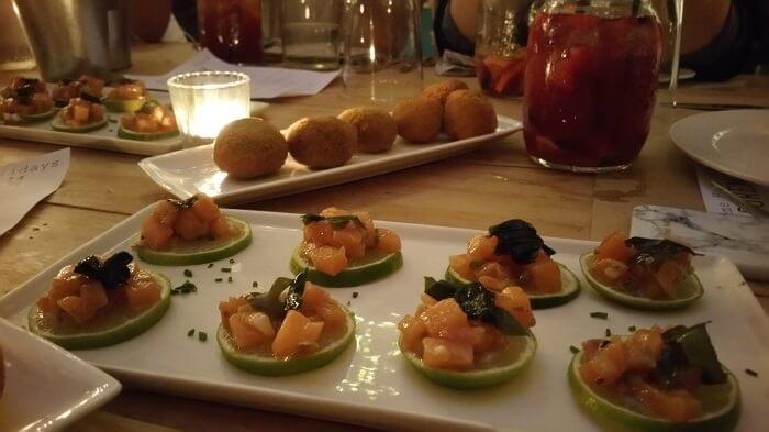 Tartar de salmón sobre limas y croquetas. Saporem