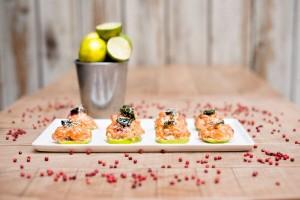 Tartar de salmón sobre limas. Saporem