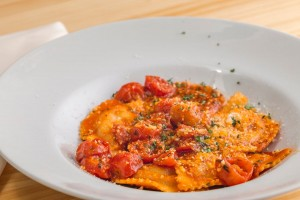 Ravioli rellenos de queso scamorza ahumada y tomate seco con salsa de tomate cherry Tu Pasta