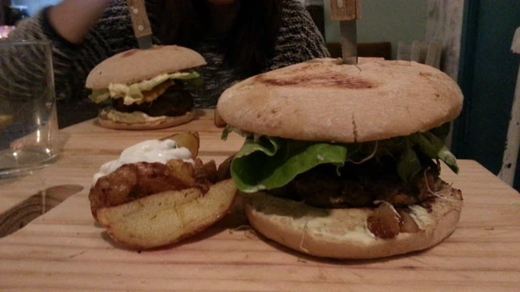 Burger Queen en 1er plano y Árabe