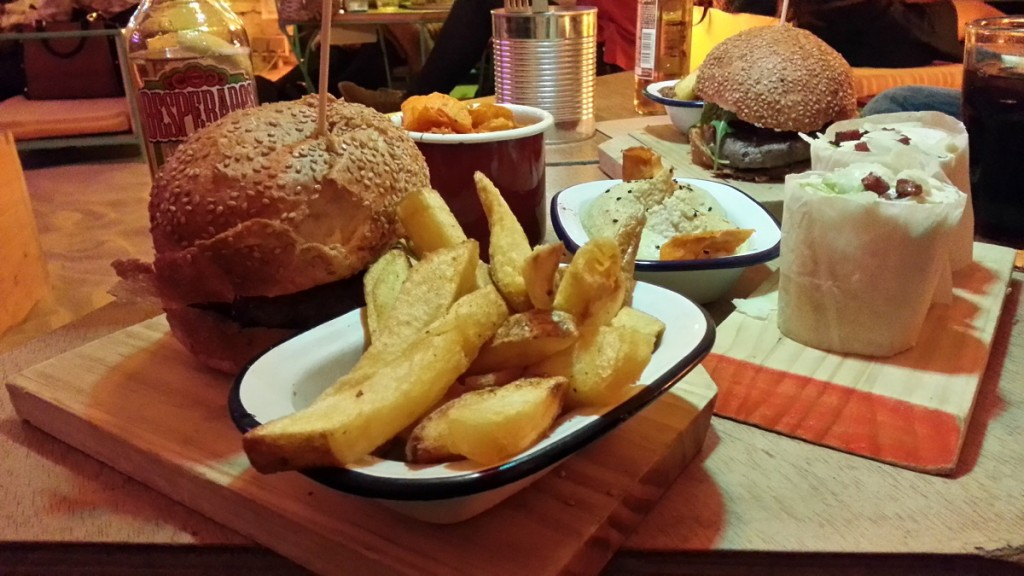 Hamburguesa gourmet, patatas, wrap y hummus. Ojalá, Madrid