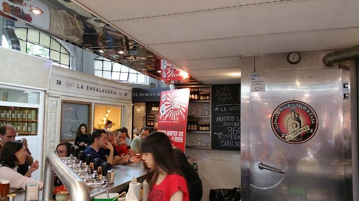 Puesto cervezas La Virgen Mercado de Vallehermoso Madrid